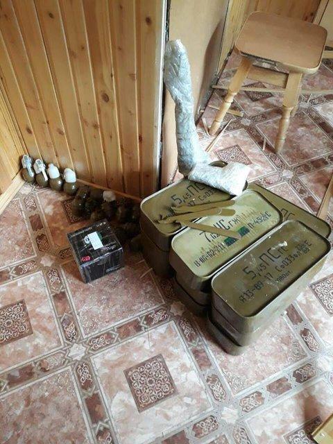 В хозяйстве пригодится: Прапорщик в отставке собрал дома огромный арсенал оружия - фото 125810