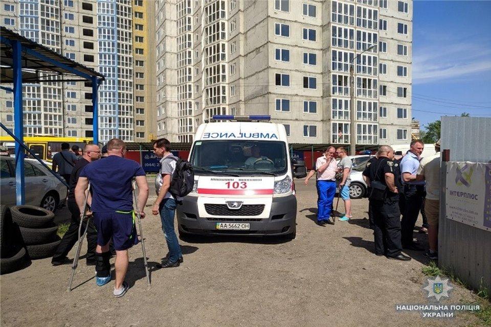 На одной из стоянок Киева кавказцы ранили сотрудника СБУ - фото 123001
