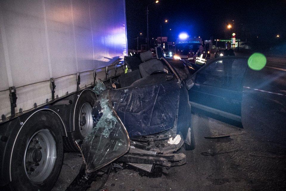 В Киеве из-за пьяного мужа, который влетел под фуру, погибла женщина - фото 123411