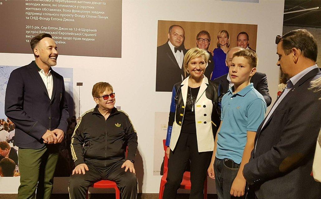 Элтон Джон встретился с мальчиком из Макеевки, которого ему не дали усыновить - фото 127729