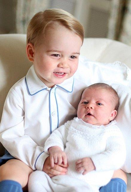 Принц Георг Кембриджский сноворожденнойсестрой Шарлоттой в 2015 году - фото 123463
