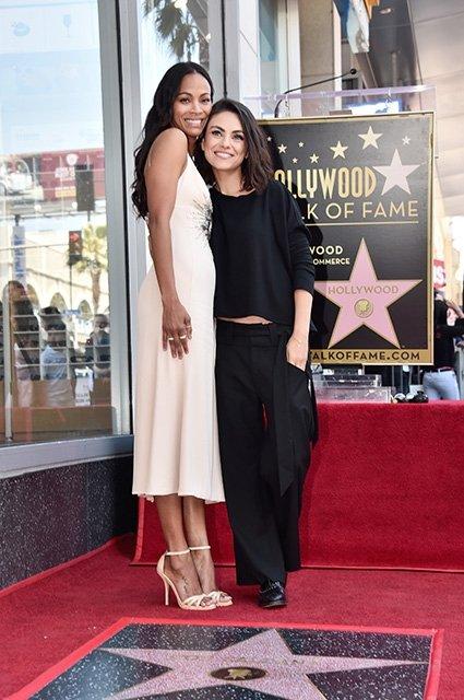 Мила Кунис поздравила Зои Салдану с получением звезды на Аллее славы - фото 123167