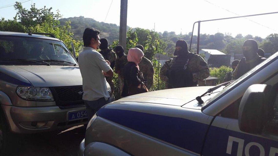 Оккупанты проводят новые обыски у крымских татар - фото 126206