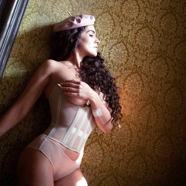 Экс-модель Playboy обнажила грудь в развратном наряде - фото 127062