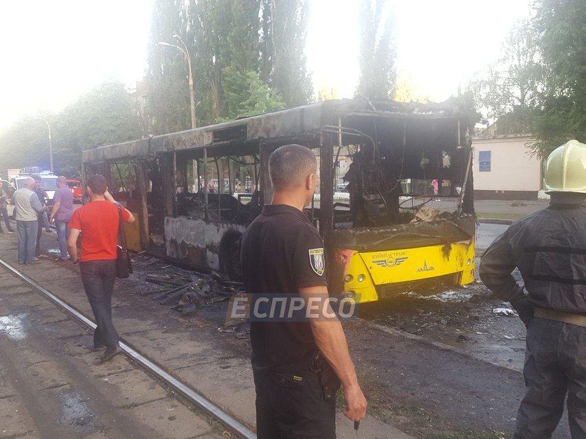 В Киеве горел пассажирский автобус - фото 128197
