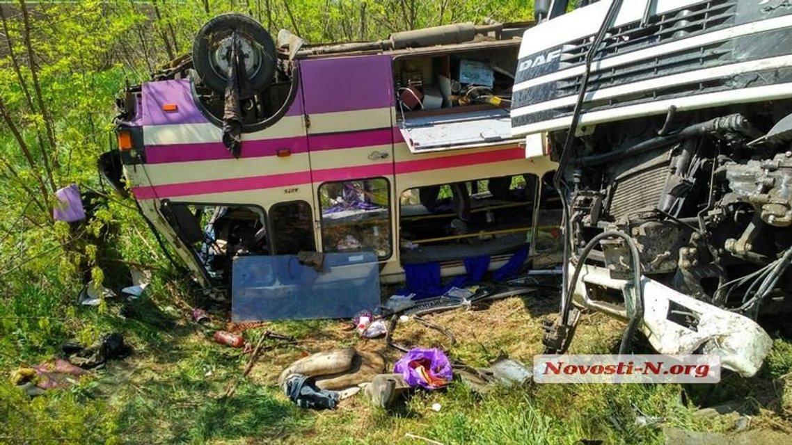 Под Николаевом столкнулись бусик ВСУ, грузовик и рейсовый автобус - фото 123031