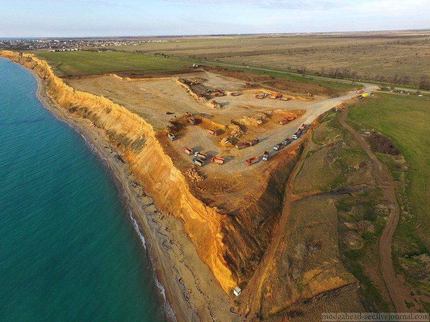 Оккупанты уничтожают один из известных пляжей Крыма - фото 123086