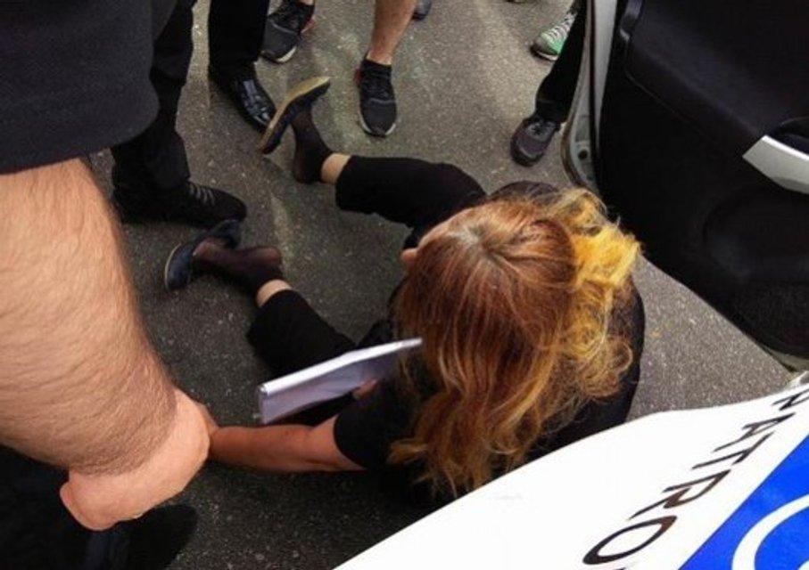Полицейские Киева жестко задержали мать Ирины Бережной - фото 123985