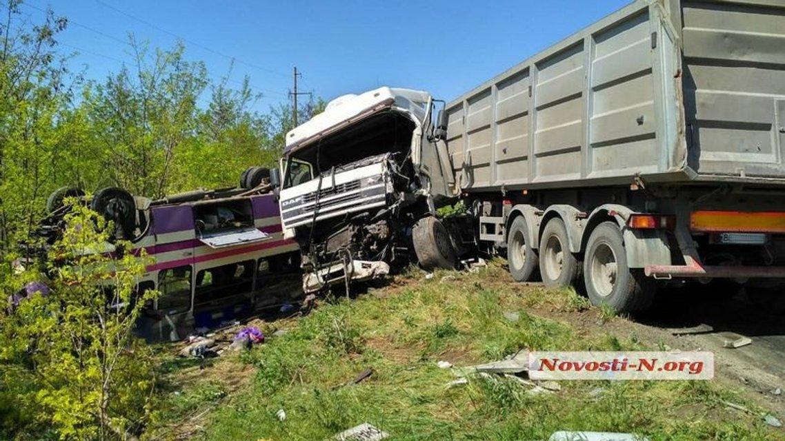 Под Николаевом столкнулись бусик ВСУ, грузовик и рейсовый автобус - фото 123029