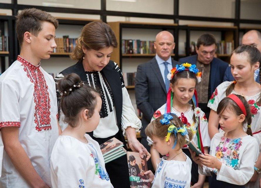 Я еще и крестиком могу: Как мэр Одессы перед Первой леди вышивал - фото 125740