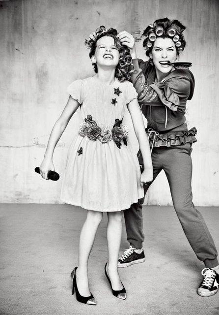 Милла Йовович вместе с дочкой удивила шикарной фотосессией - фото 126644