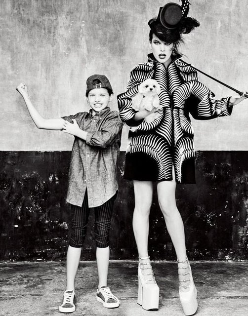 Милла Йовович вместе с дочкой удивила шикарной фотосессией - фото 126647