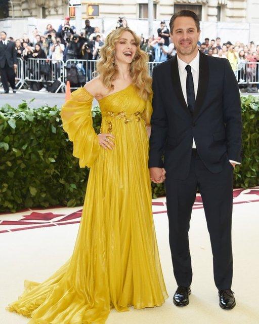 Met Gala-2018: лучшие наряды от известных личностей - фото 123782