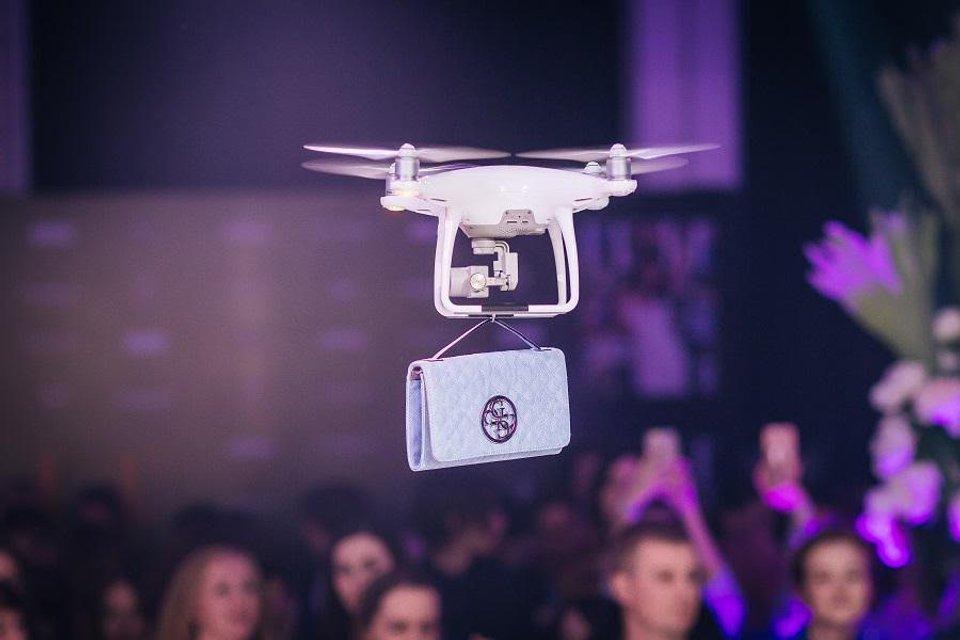 На модном показе вместо моделей использовали дроны - фото 126594
