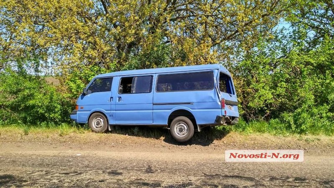 Под Николаевом столкнулись бусик ВСУ, грузовик и рейсовый автобус - фото 123032