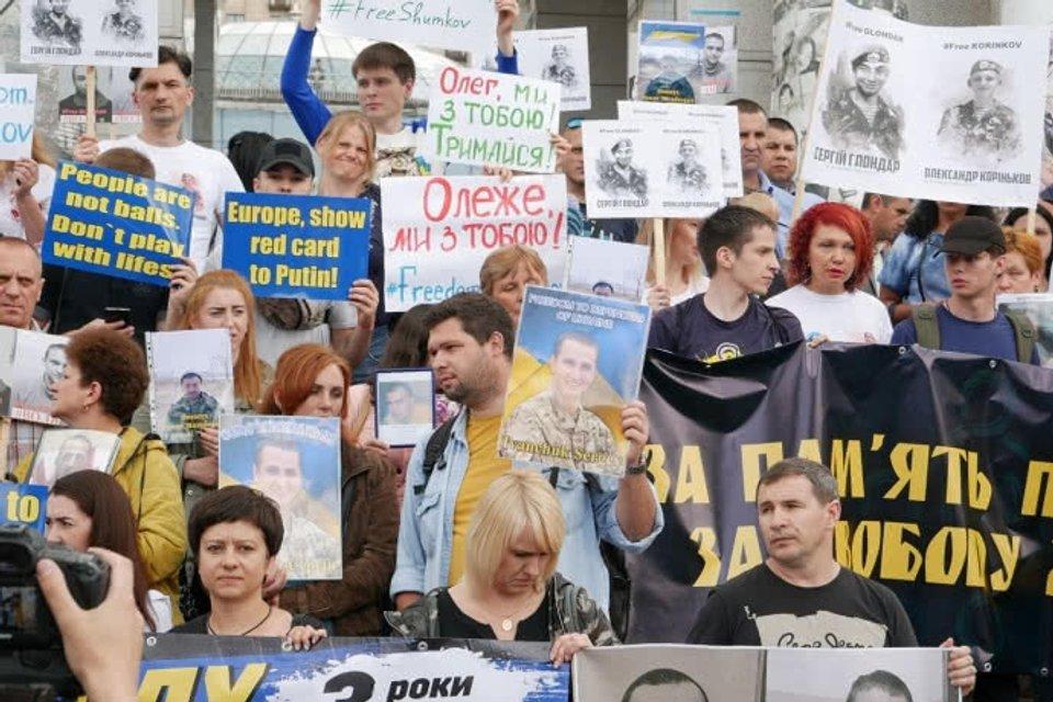 В столице Украины проходит марш за освобождение политзаключенных и пленных - фото 126012