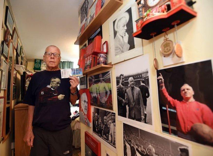 Лига чемпионов: 75-летний фанат Ливерпуля расплакался, узнав, что не летит в Киев - фото 127443