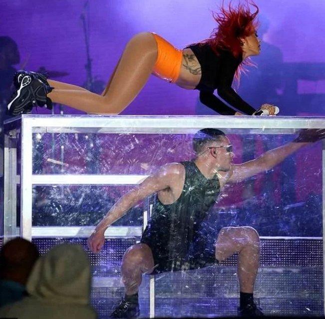 Рита Ора осталась на сцене без юбки во время выступления - фото 130201