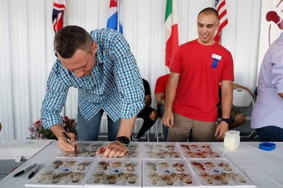 Виталий Кличко оставил отпечаток кулака для музея бокса - фото 129821