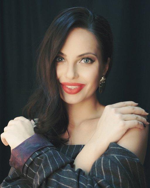 Анджелина Джоли показала своего российского двойника - фото 130404