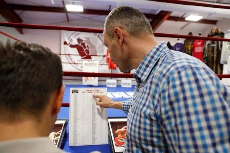 Виталий Кличко оставил отпечаток кулака для музея бокса - фото 129822