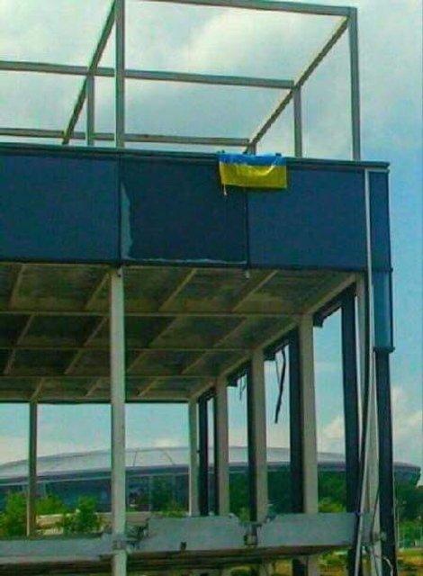 В центре Донецка повесили флаг Украины - фото 129422