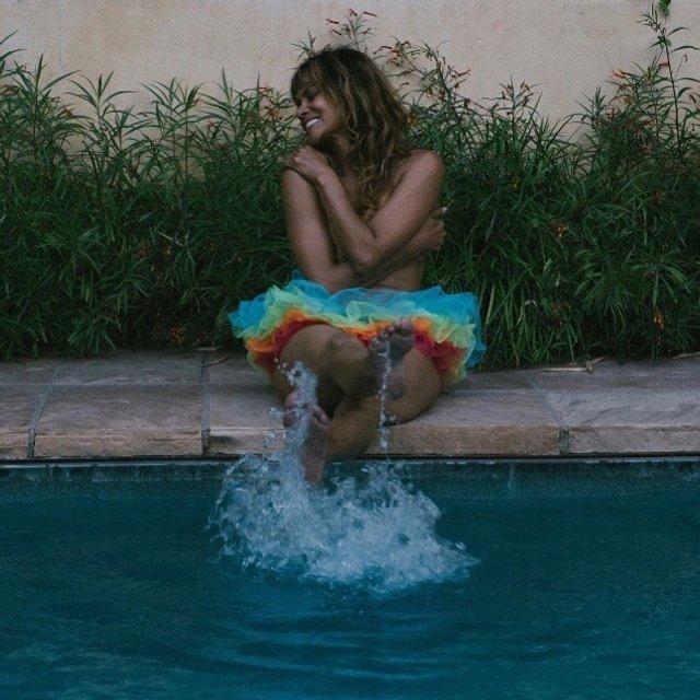 Холли Берри снялась топлес в поддержку ЛГБТ - фото 129976