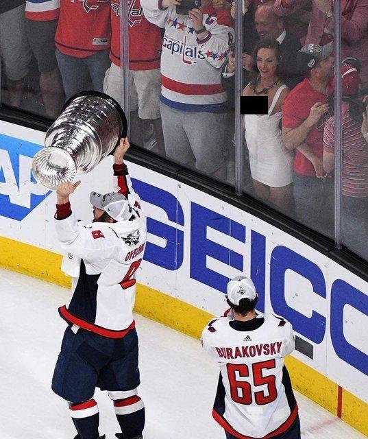 Фанатка показала голую грудь во время финала НХЛ - фото 129997