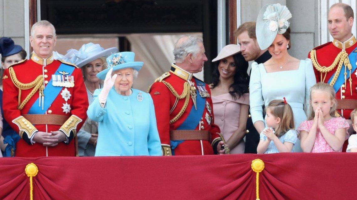 Меган Маркл нарушила королевский устав на дне рождения Елизаветы II - фото 130077
