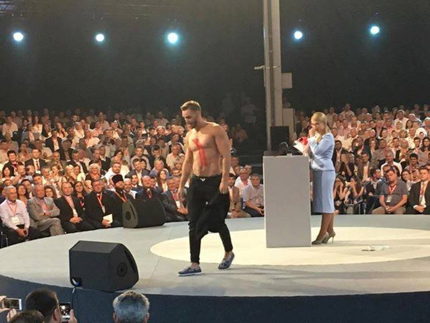 Полуголый парень показал направление Украины на презентации 'нового курса' Тимошенко - фото 130896