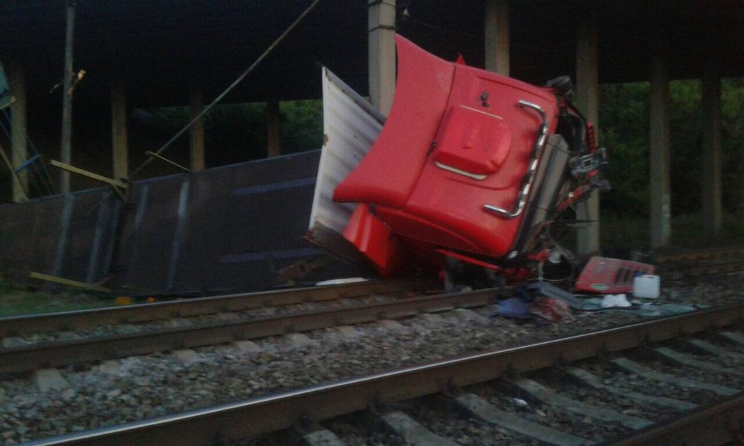 В Днепропетровской области фура упала с моста на железную дорогу - фото 131077