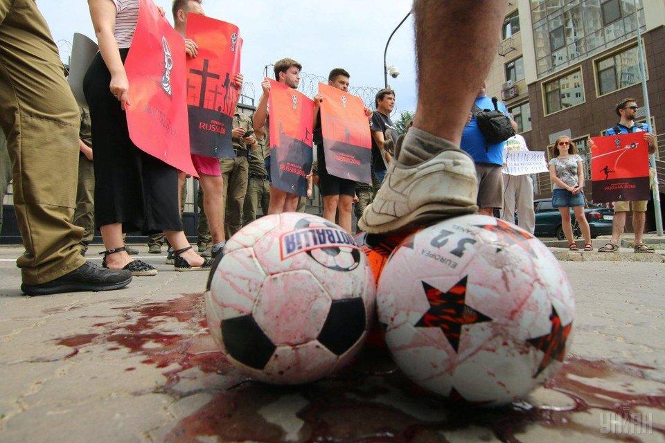 Бойкот ЧМ-2018: в Одессе консульство России закидали 'кровавыми' мячами - фото 131133