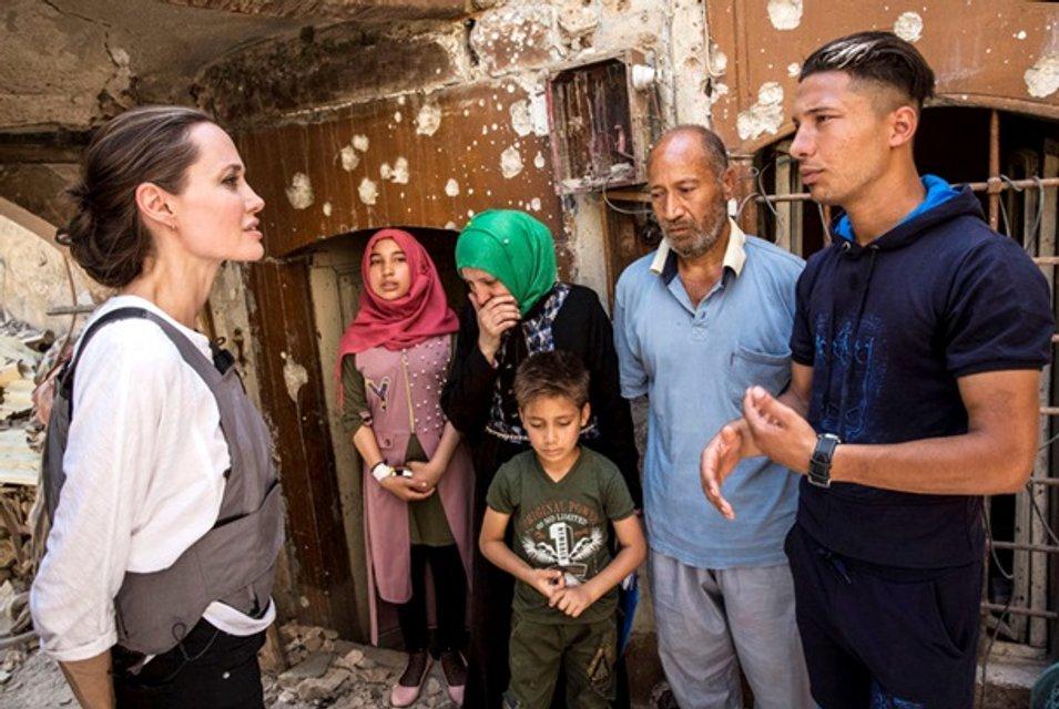 Анджелина Джоли побывала в иракском городе Мосул - фото 131216