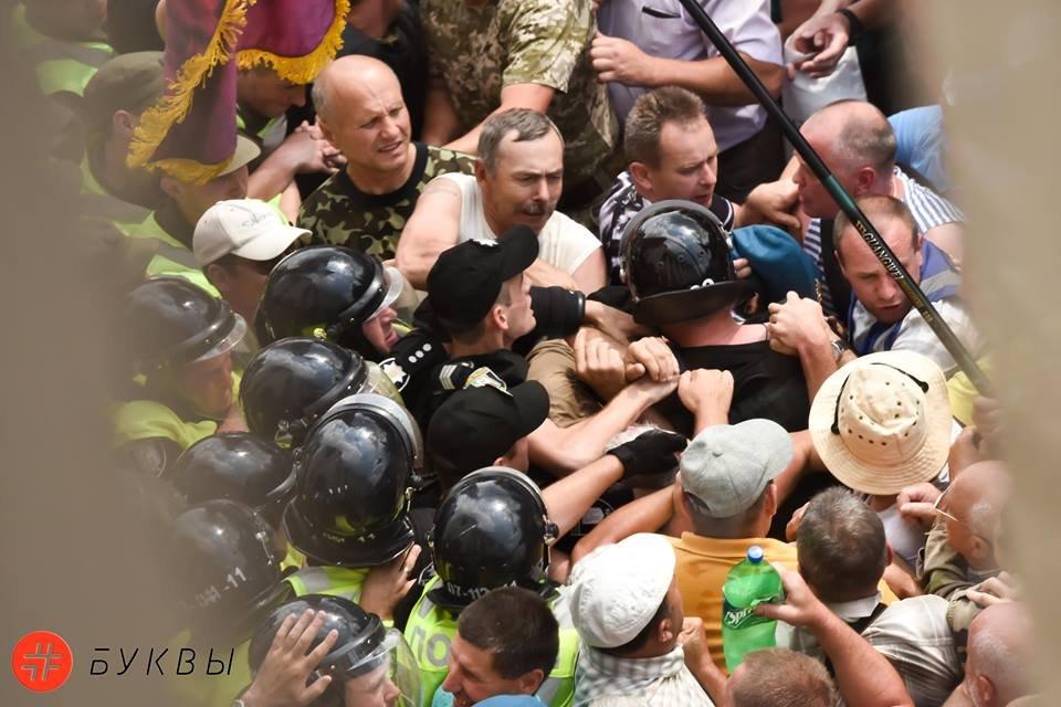 В Киеве ветераны-афганцы и шахтеры пытаются прорваться в Раду - фото 131513