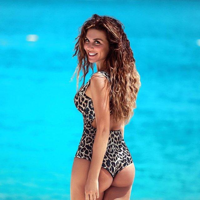 Анна Седокова восхитила фанатов фигурой в купальнике - фото 131839