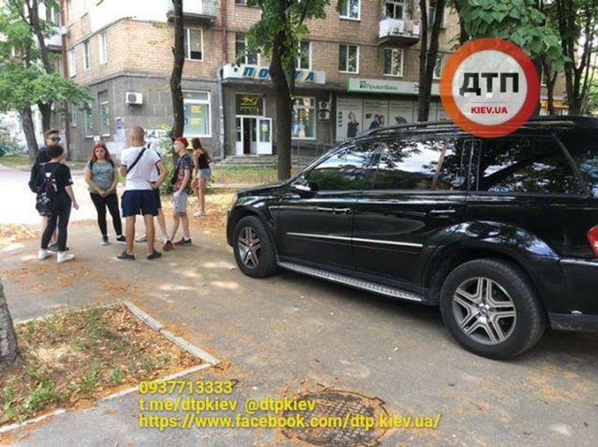 Давила пешеходов: в Киеве прохожие задержали наглую мажорку (ФОТО) - фото 131849