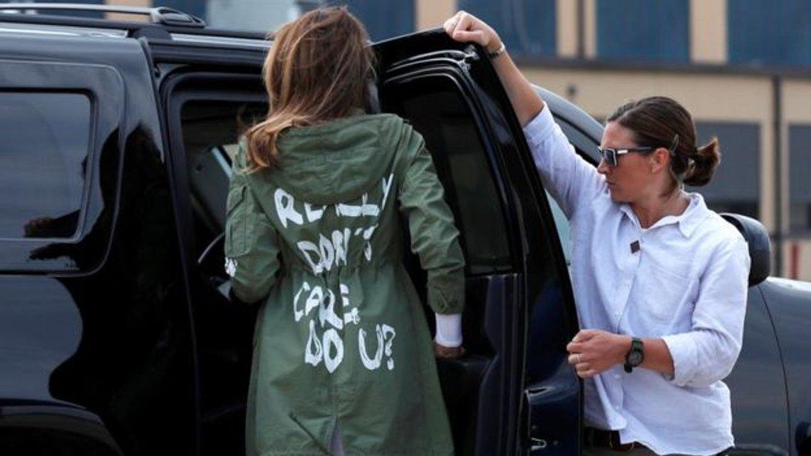 Мне все равно: Меланию Трамп раскритиковали за надпись на курточке - фото 132097