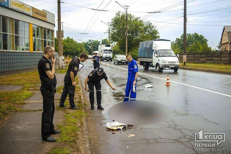 ДТП в Кривом Роге: авто  сбило двух женщин, тело одной из них откинуло на витрину магазина - фото 132305