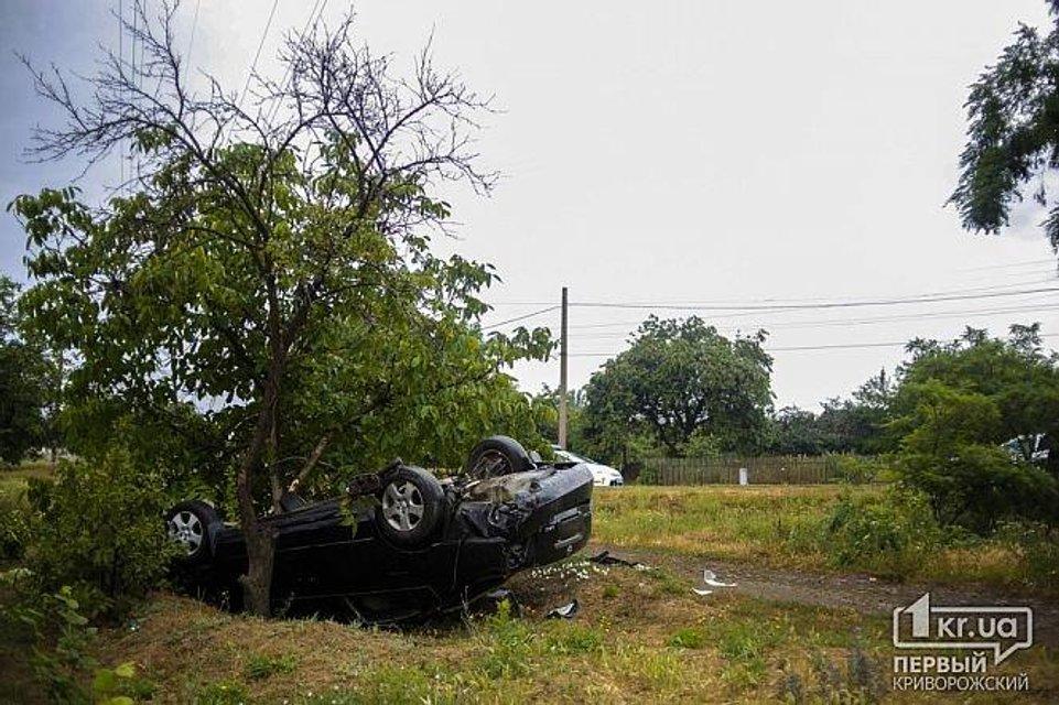 ДТП в Кривом Роге: авто  сбило двух женщин, тело одной из них откинуло на витрину магазина - фото 132306