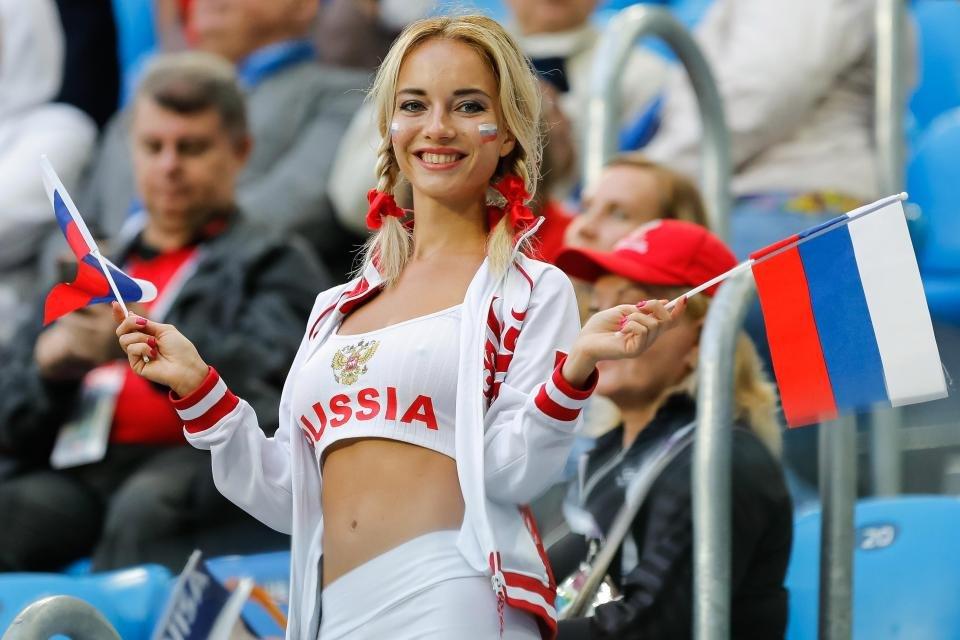 ЧМ-2018: лицом российского канала и 'самой красивой болельщицей' была порнозвезда - фото 132344