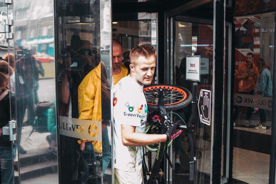 Поляк на велосипеде поднялся на 35 этаж в киевском ТРЦ 'Гулливер' и попал в Книгу рекордов - фото 132350