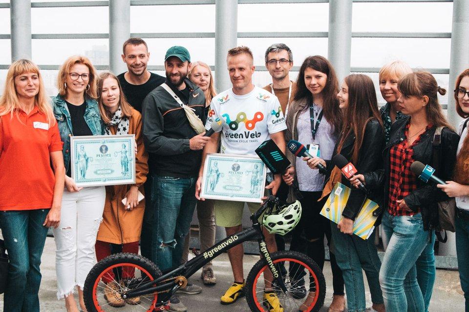 Поляк на велосипеде поднялся на 35 этаж в киевском ТРЦ 'Гулливер' и попал в Книгу рекордов - фото 132351