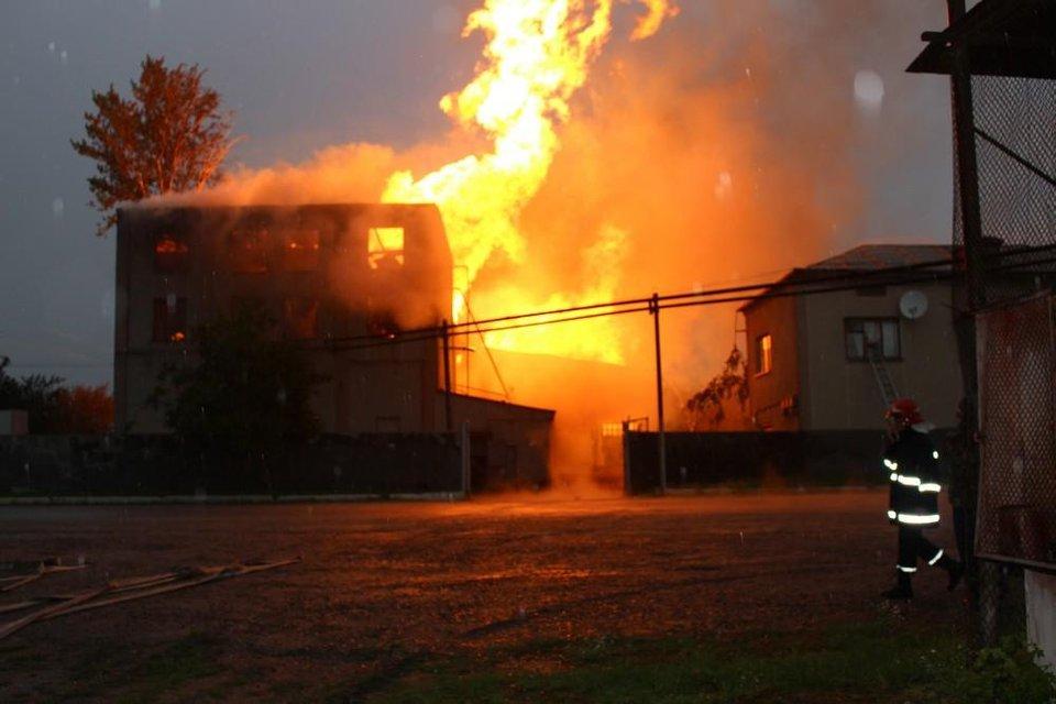 В Тернопольской области горел спиртзавод: спасатели эвакуировали 350 человек - фото 132405