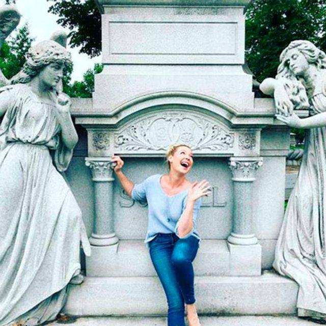 Кэтрин Хайгл нарвалась на критику за 'шутливые' селфи на кладбище - фото 132785
