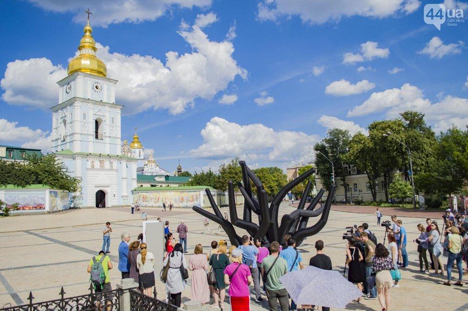 Для правоохранителей: в центре Киева появилась огромная надувная скульптура - фото 132844