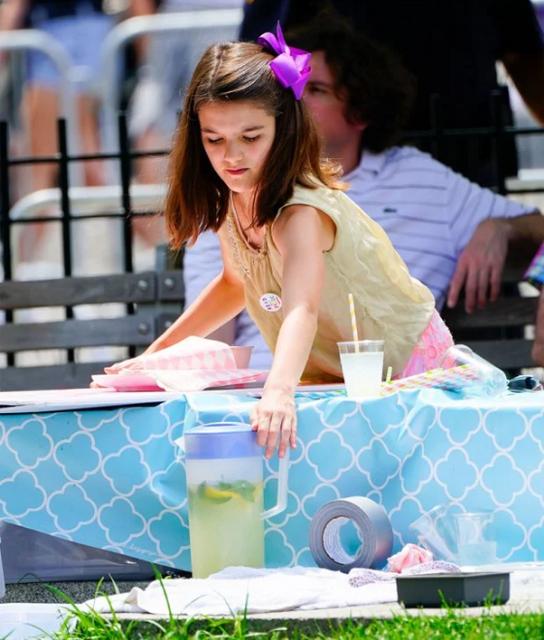 12-летняя дочь Тома Круза заработала на ЛГБТ-параде - фото 132858