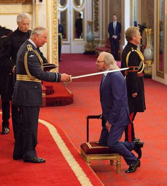 Принц Чарльз посвятил в рыцари экс-участника легендарной группы - фото 132870