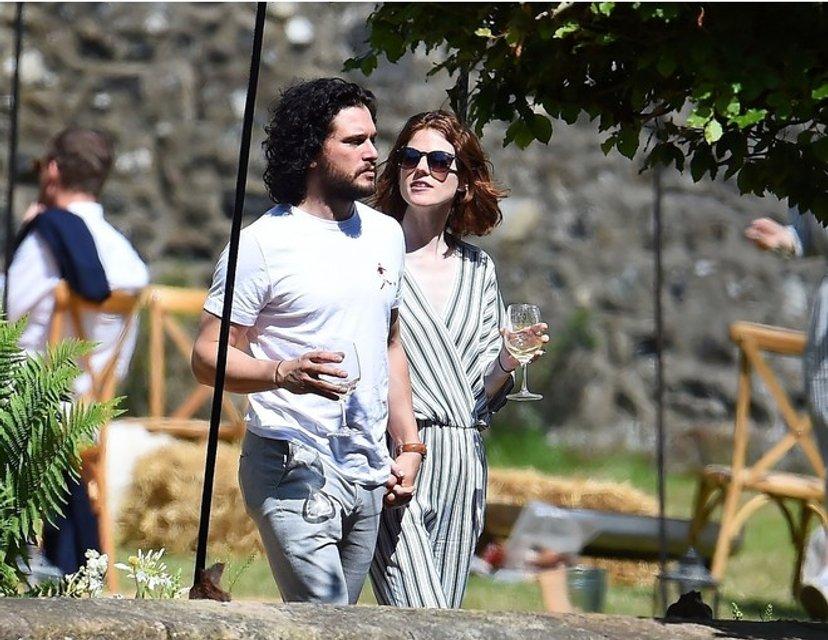 Кит Харингтон и Лесли Роуз после свадьбы отдыхают в фамильном замке актрисы - фото 132935