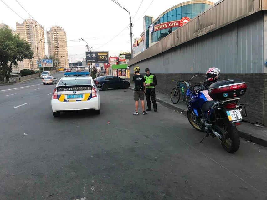 В Киеве возле 'Пузатой хаты' велосипедист сбил пешехода - фото 133250