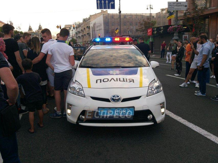 22-летний парень пробежался по авто патрульных на Крещатике (ФОТО) - фото 133298